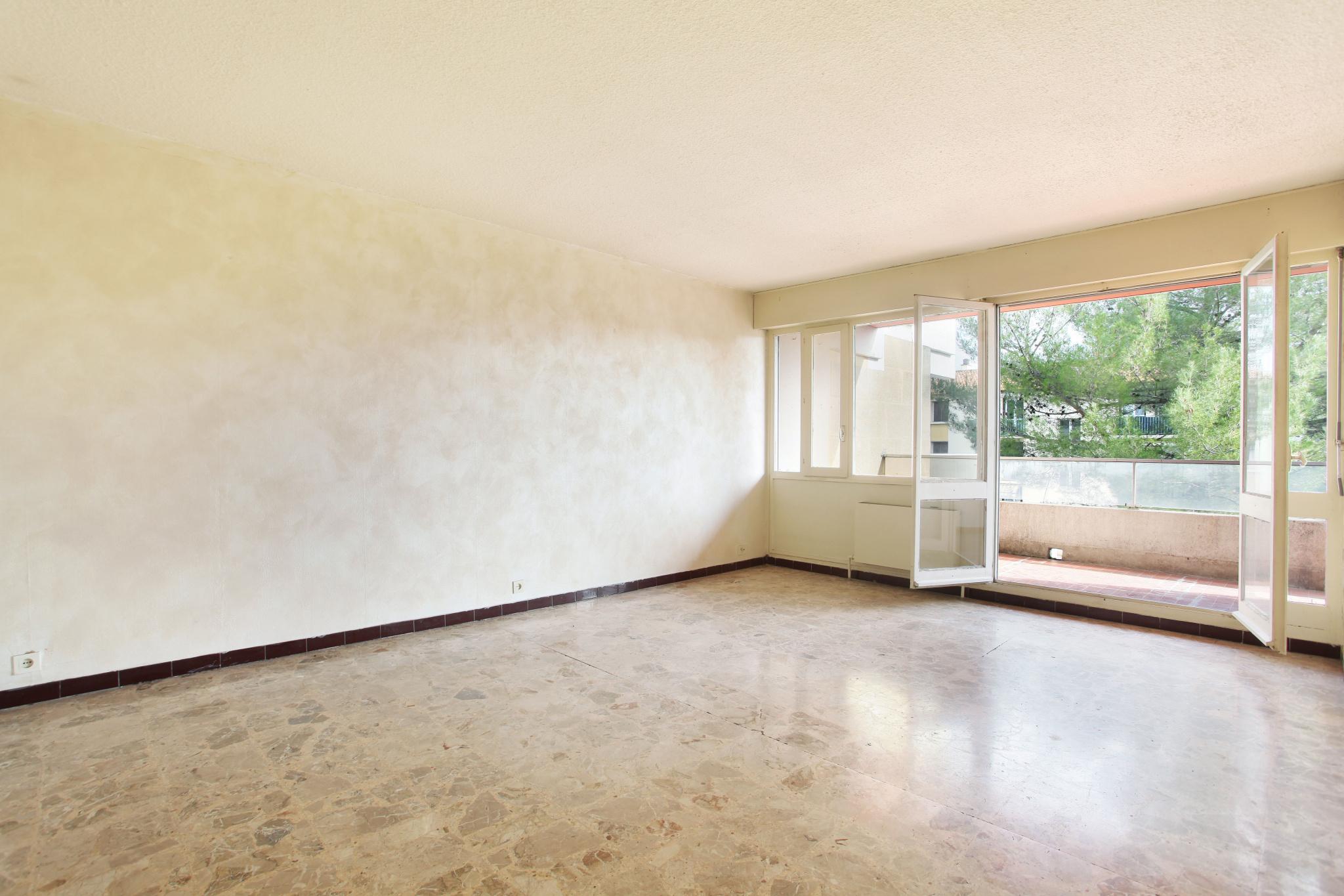 Appartement de type 3 avec grande terrasse, cave et parking couvert.