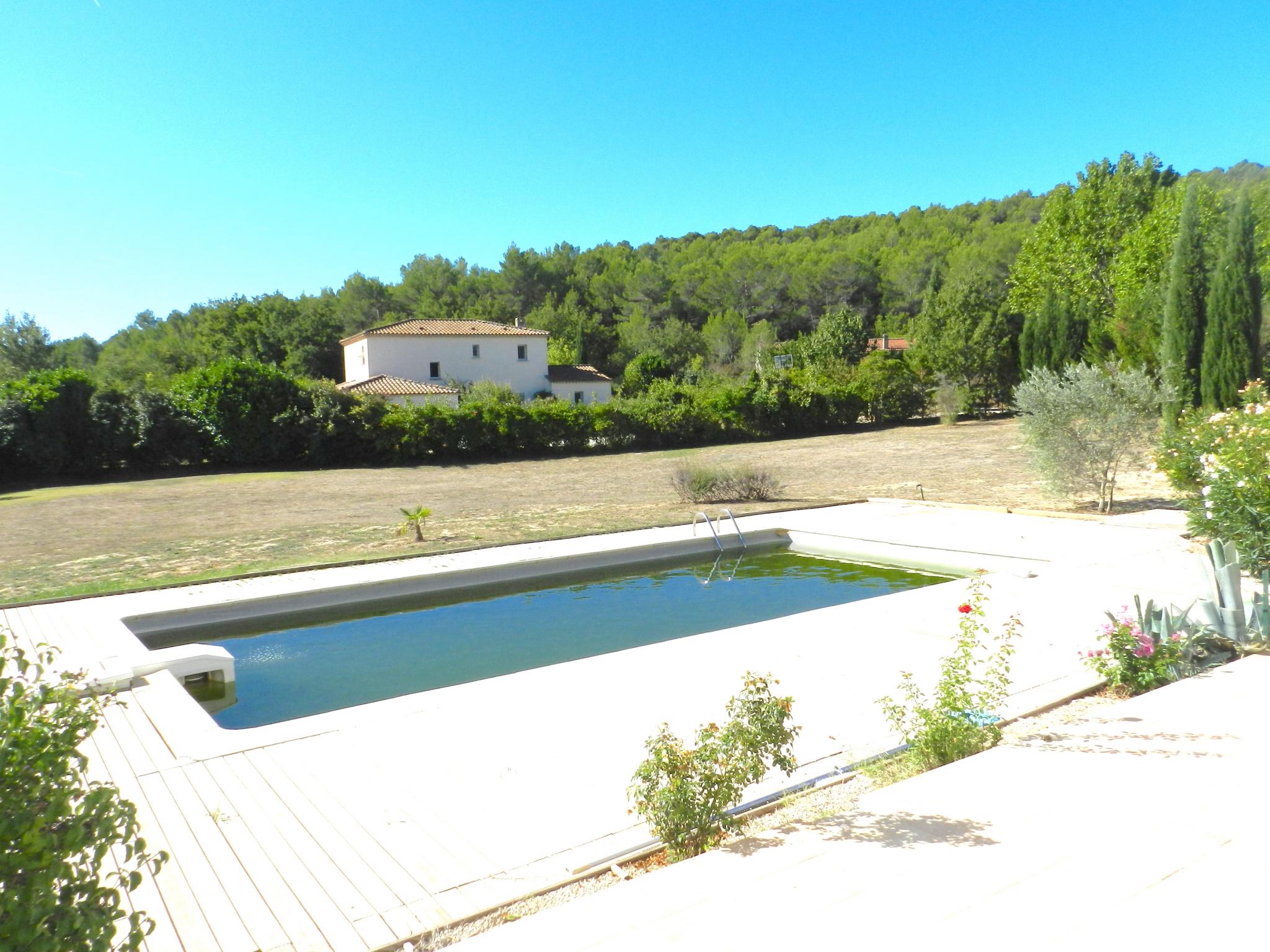 Entre le Luberon et Aix en Provence Bastide récente de 200 m2 avec piscine